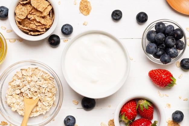Frutta piatta e ciotole di panna acida
