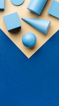 Lay piatto di figure geometriche con copia spazio