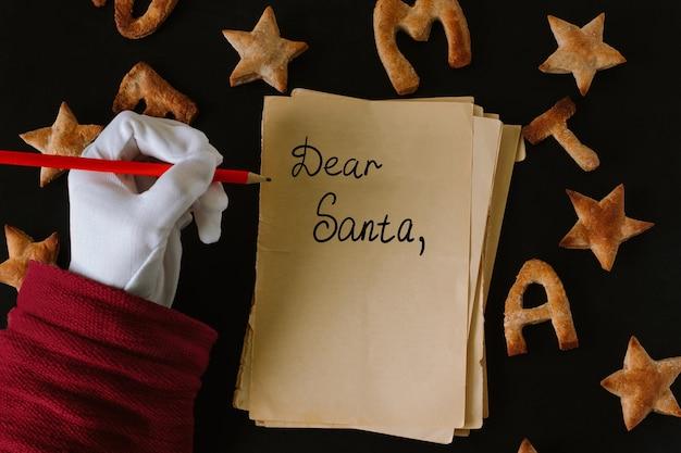 Плоское имбирное печенье в форме звезд и букв с рождеством
