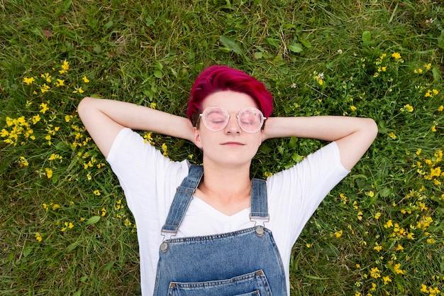 草の上に敷設フラット横たわっていた女の子