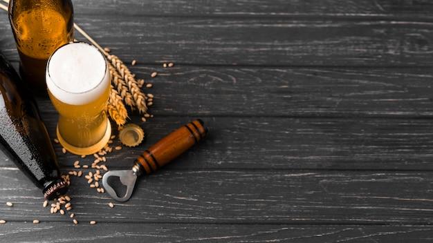 泡のあるビールのフラットレイグラス