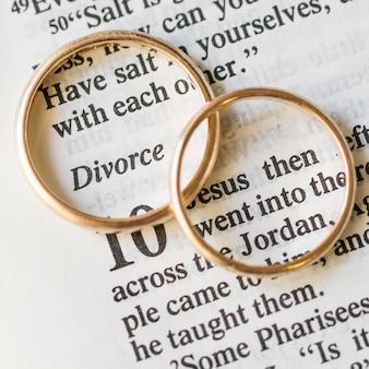 平らな金色の結婚指輪