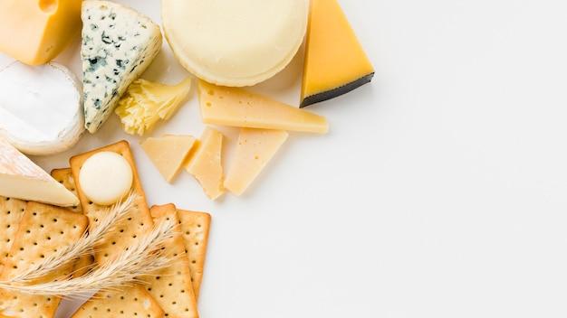 フラットレイアウトグルメチーズの盛り合わせとコピースペースとクラッカー