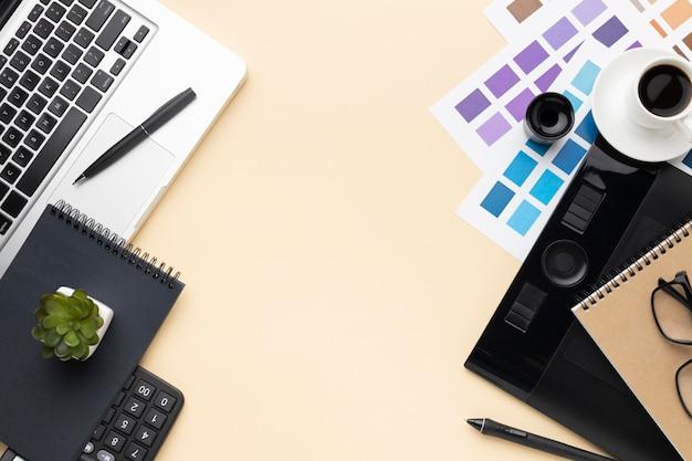 Плоский набор элементов графического дизайнера с копией пространства