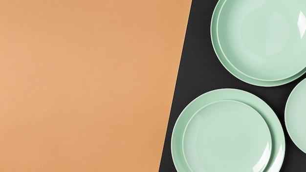 Плоская композиция из зеленых тарелок с копией пространства