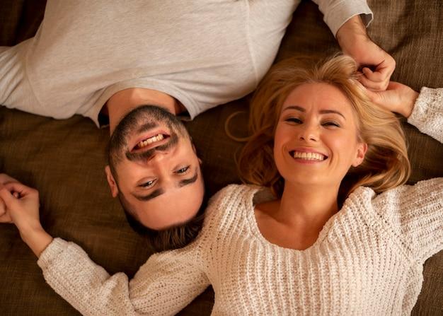 Плоская лежала счастливая пара позирует