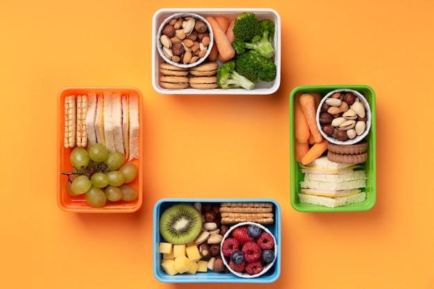 Scatole per il pranzo con cibo sano e piatto