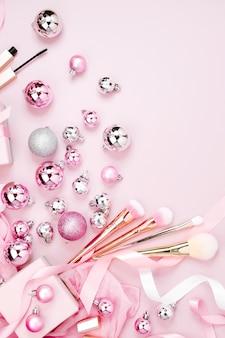 クリスマスボール、ギフト、リボン、パステルピンク色の装飾とフラットレイホリデーの背景。フラットレイ、上面図