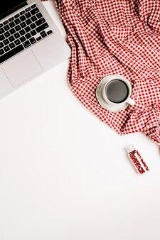 평평하다 홈 오피스 책상. 노트북, 커피 컵, 흰색 바탕에 빨간색 섬유와 여성 최소한의 작업 공간. 평면도.