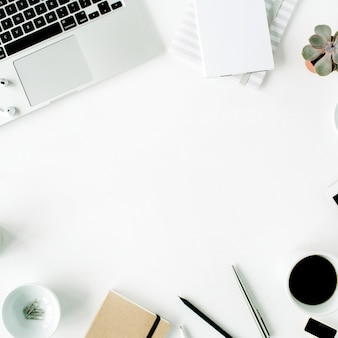 노트북, 일기, 즙이 많은 및 흰색 액세서리가있는 평평한 홈 오피스 작업 공간