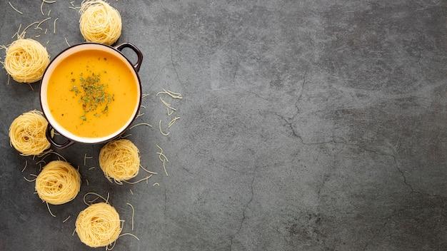 Плоско лежал домашний суп и макароны