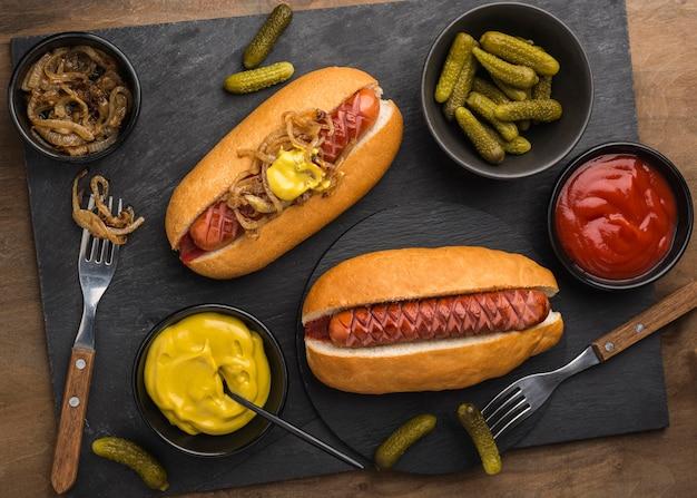 フラットレイホットドッグと調味料のアレンジメント