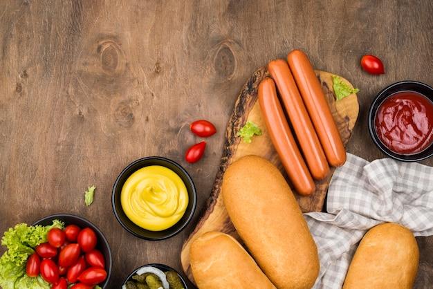 Hot dog piatti laici con copia-spazio