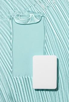 Lay piatto di gel idroalcolico con carta e copia spazio