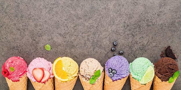 어두운 돌 배경에 평평한 위치 아이스크림 콘 컬렉션.