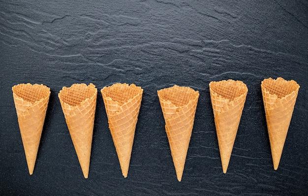 어두운 돌에 평평하다 아이스크림 콘 컬렉션