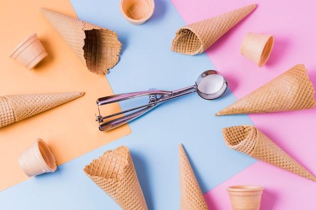 Cornice di coni gelato piatto disteso sul tavolo