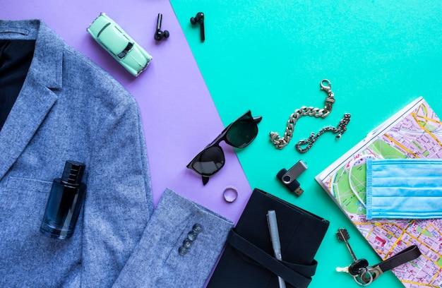 Плоская планировка аксессуаров одежды человека и защитной медицинской маски для планирования поездки в отпуск