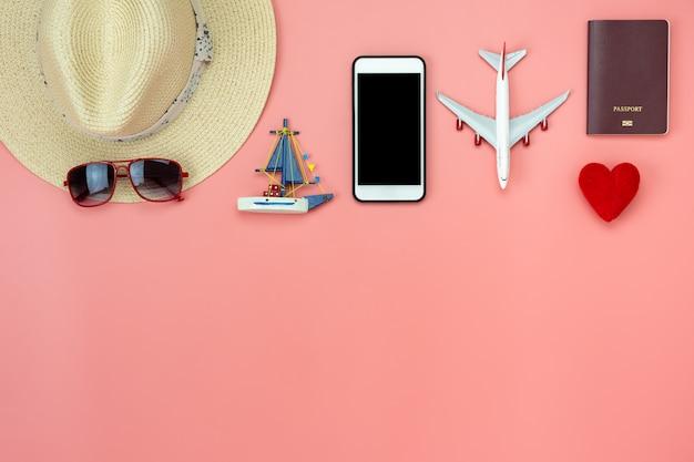 休日のバックグラウンドで旅行を計画するアクセサリー服の男性または女性のフラットレイアウトイメージ。