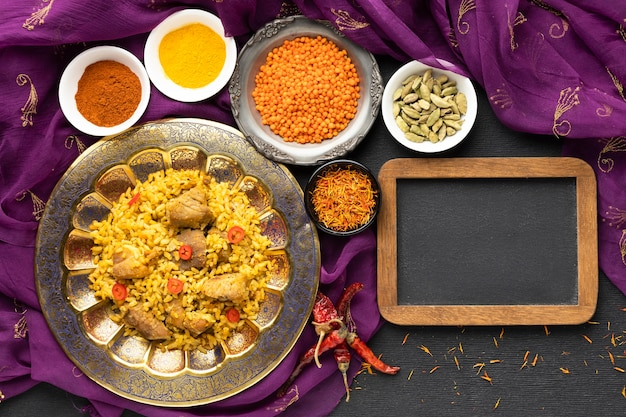 Плоская индийская еда с сари и рамкой