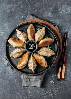 납작한 일본식 만두 모듬