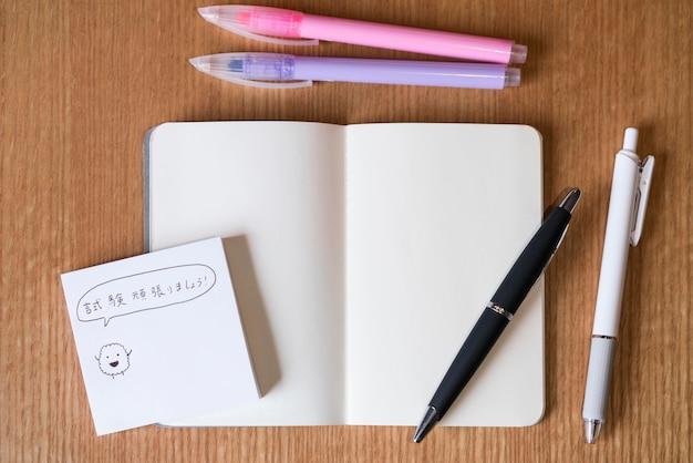 Messaggio giapponese piatto laico su una nota adesiva