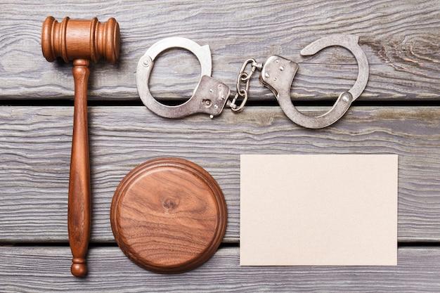 Плоская планировка правосудия и концепция суда. чистый лист бумаги для копирования пространства. деревянный молоток с наручниками на столе.