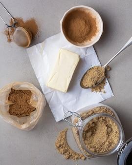 Приготовление булочки с корицей на кухне flat lay