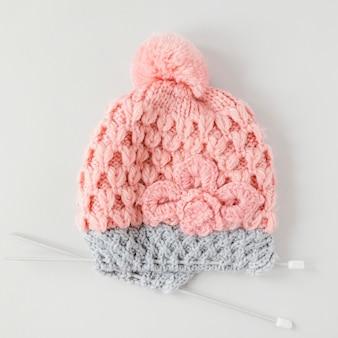 편평한 뜨개질 바늘과 모자 양모