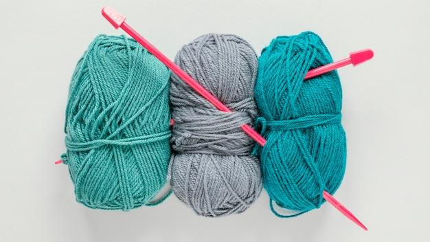 편평한 뜨개질 바늘과 양모