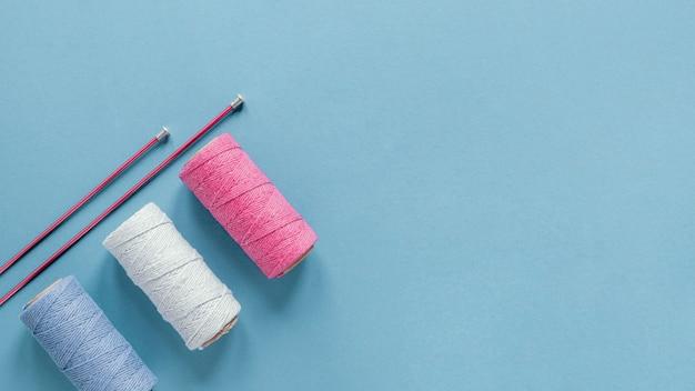 Ferri da maglia piatti laici e lana con spazio di copia