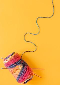 Ferri da maglia piatti e lana