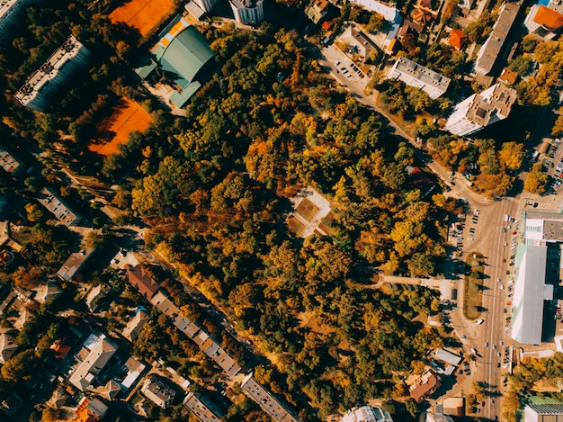 Плоская планировка, воздушный беспилотник, фото города осенью