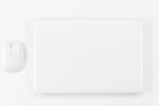 Плоская планировка ноутбука и мыши