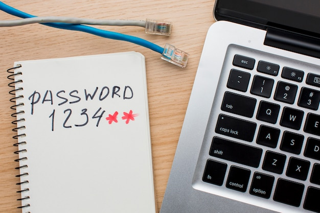 Lay piatto di laptop con cavi ethernet e notebook con password