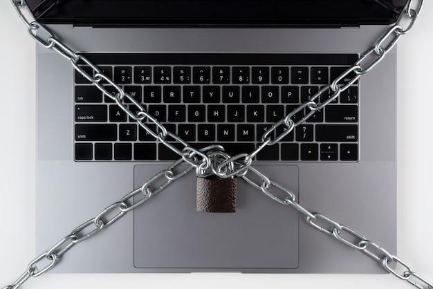 잠금 장치와 체인이 있는 평평한 노트북