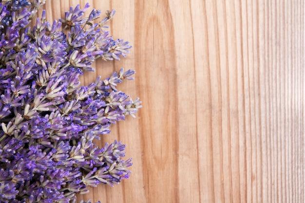 Плоские лежал цветы лаванды на деревянном фоне с копией пространства