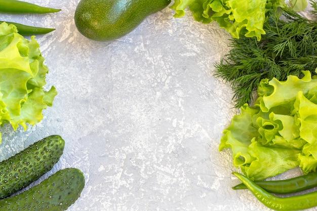 흰색 배경에 육즙이 녹색 평평한 레이아웃입니다. 텍스트를위한 공간을 복사하십시오. 적절한 영양과 건강한 식습관의 개념입니다. 유기농 및 채식 음식.