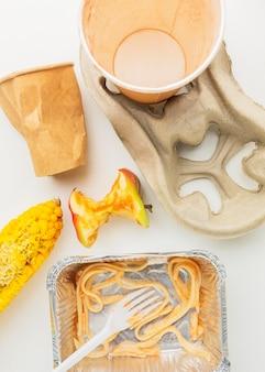 フラットレイ残り物食品廃棄物と紙コップ