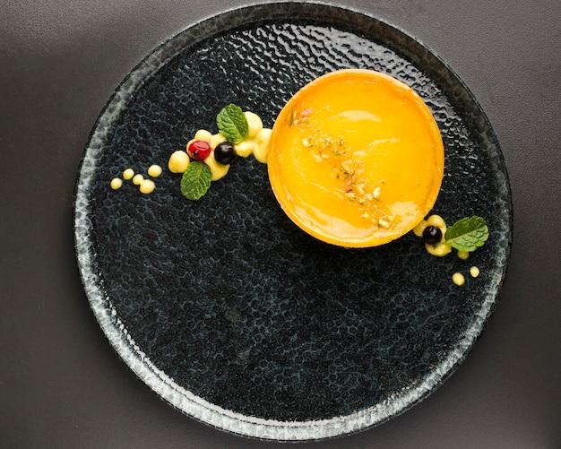 Плоско положите лимонный пирог на тарелку