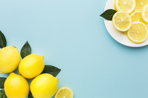 Lay piatto di limoni con spazio di copia