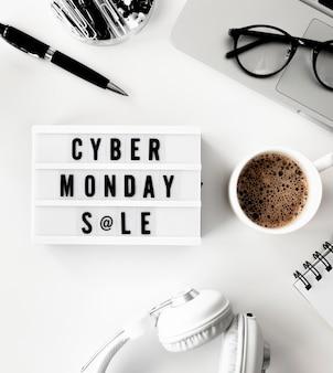 Disposizione piatta della scatola luminosa per cyber lunedì con laptop e caffè