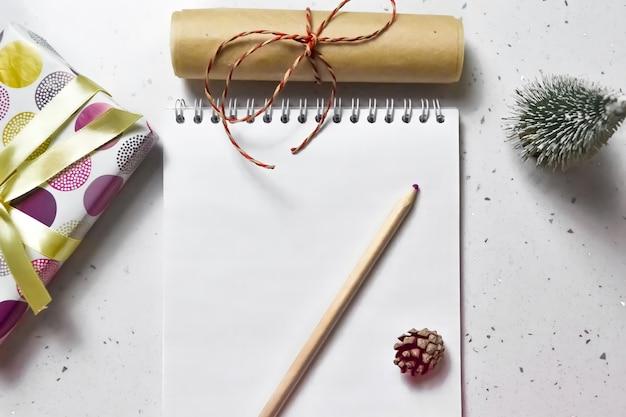 Плоский лежал список целей новый год белый фон.