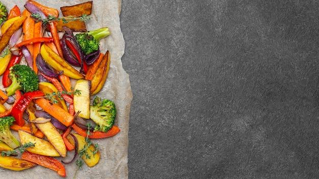 복사 공간이있는 평평한 평신도 지역 음식 식사 구색