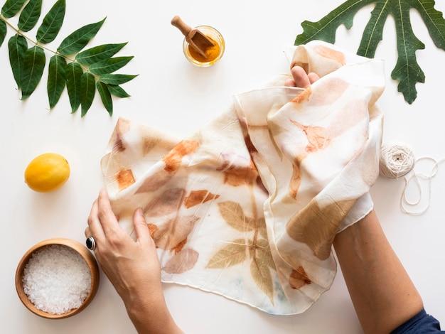 Выполнение плоской укладки пигментированной ткани с расположением натуральных цветов.