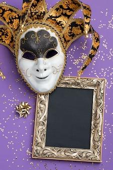 Lay piatto della maschera per il carnevale con glitter e cornice