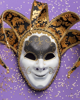 Lay piatto della maschera per il carnevale con glitter