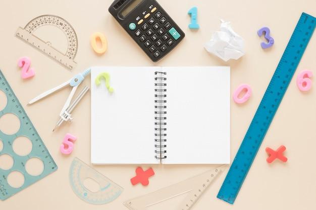 Quaderno aperto di matematica e scienze piatto con righelli