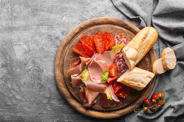 Piatto di laici concetto di carne con copia spazio