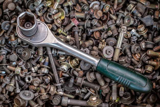 다양 한 금속 톱니, 나사 및 손톱, 평면도의 배경에 평평하다 금속 래치 드 거짓말. 목수의 도구 키트